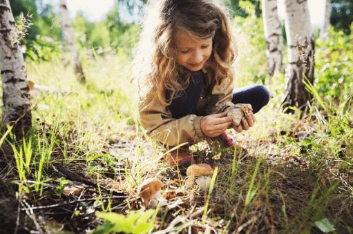 ילדה בטבע